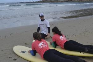 Mathieu Ropartz livre ses précieux conseils aux jeunes surfeurs qu'il accueille tous les mercredis après-midi.
