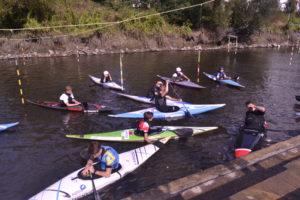 Les kayakistes de Lannion s'entraînent dans un bassin aménagé sur le Leguer.