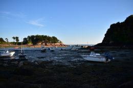 Des bateaux sur le sable, près du port de l'île de Bréhat, en fin de journée à marée basse.