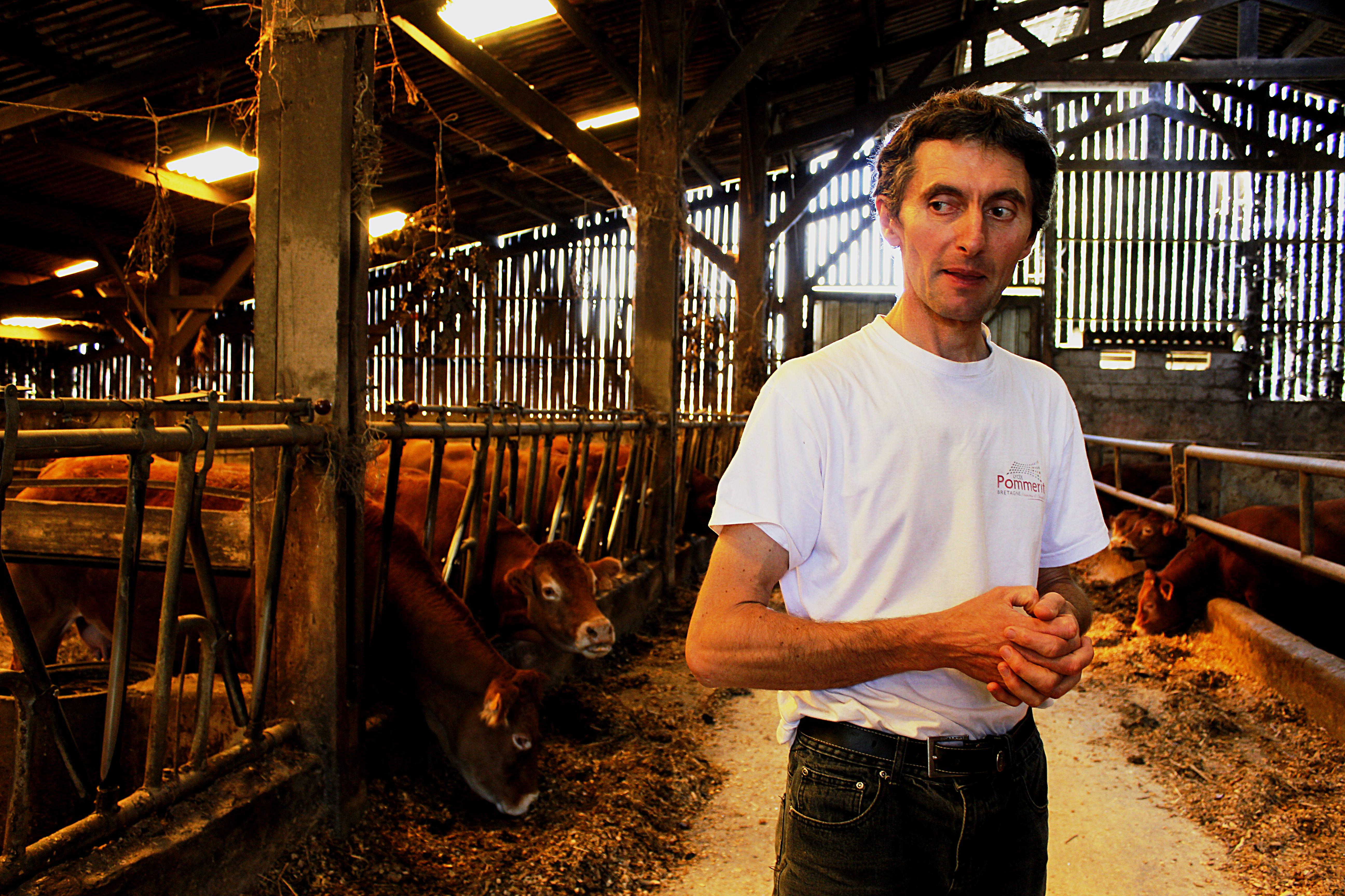 Jean-Yves Alain, agriculteur est installé en conventionnel à Ploubezre, près du Min Ran, cours d'eau non labellisé du bassin versant. De sa haute taille, il parcourt avec attachement les terres appartenant à sa famille depuis trois siècles. Le producteur a repris l'activité en 1992. Il élève une soixantaine de bovins et utilise des pesticides dans la production de leur nourriture.