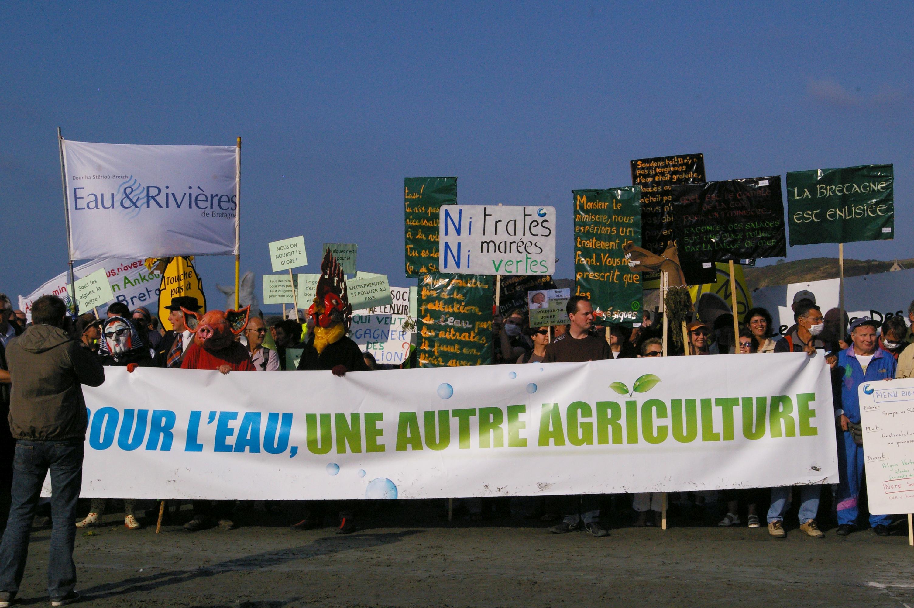Manifestation contre l'inefficacité des mesures contre les marées vertes, à Hillion, dans la baie de Saint-Brieuc, 27 septembre 2009.